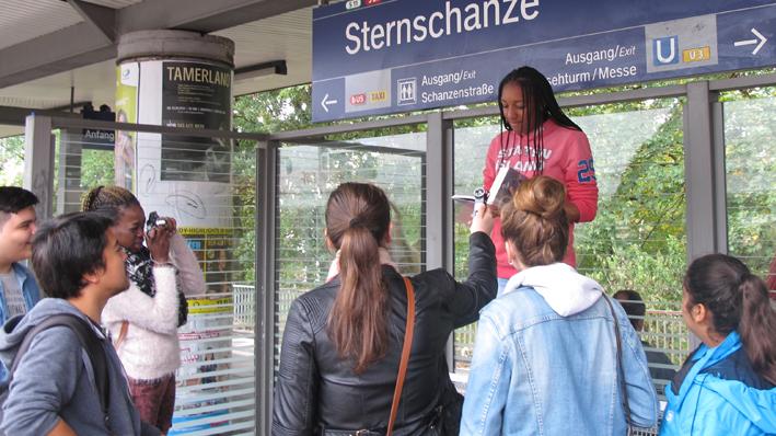 Vorlesen auf dem S-Bahnsteig